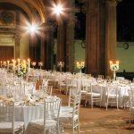 Allestimento tavoli ricevimento matrimonio sotto il Portico del Vasanzio a Villa Mondragone