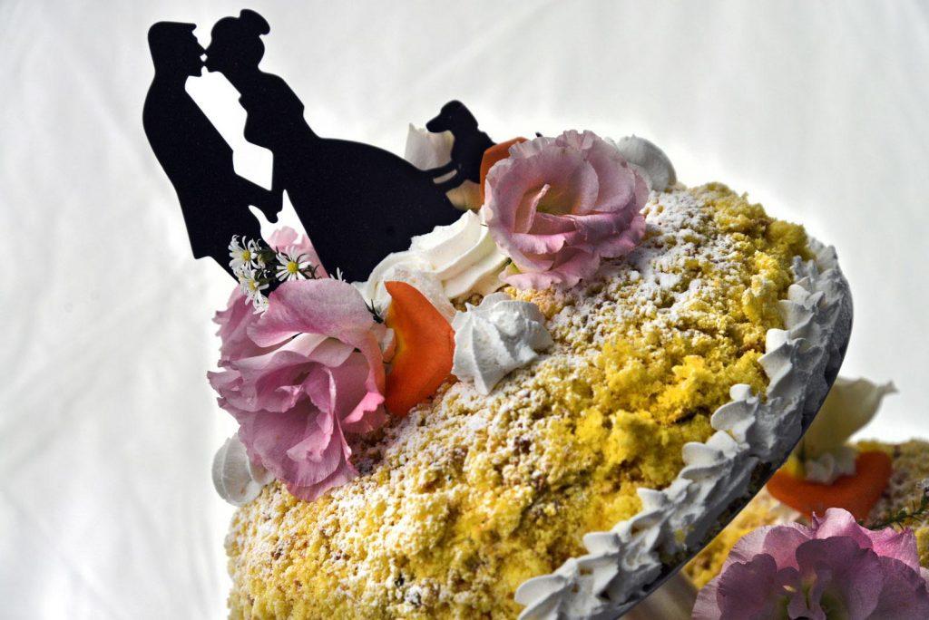 Una torta nuziale coloratissima che introduce una golosa varietà di gusti