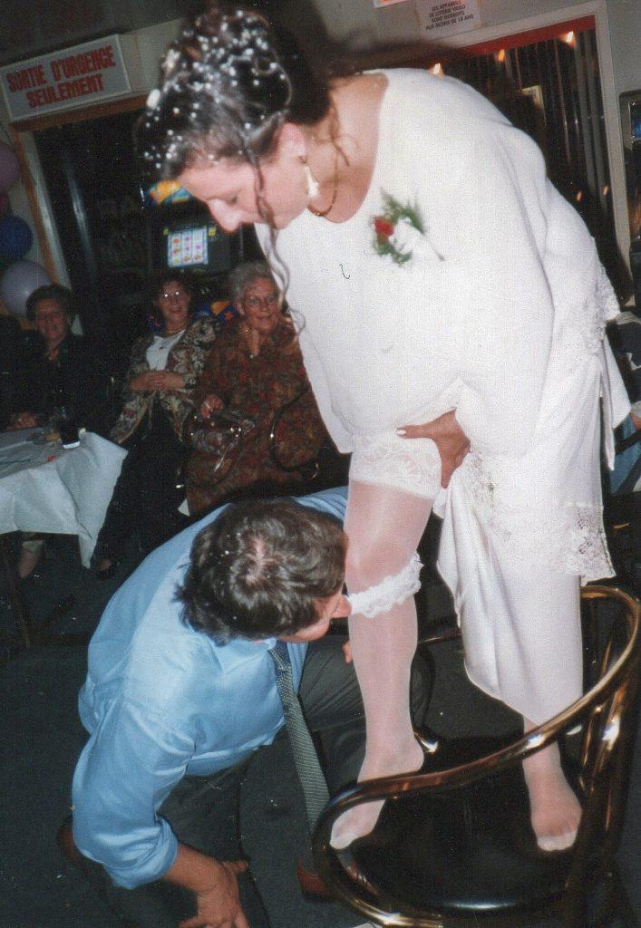 La sposa mostra la giarrettiera allo sposo