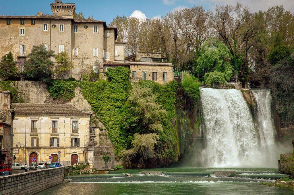 Il Castello Boncompagni Viscogliosi sorge sorge sula cascate naturale del fiume