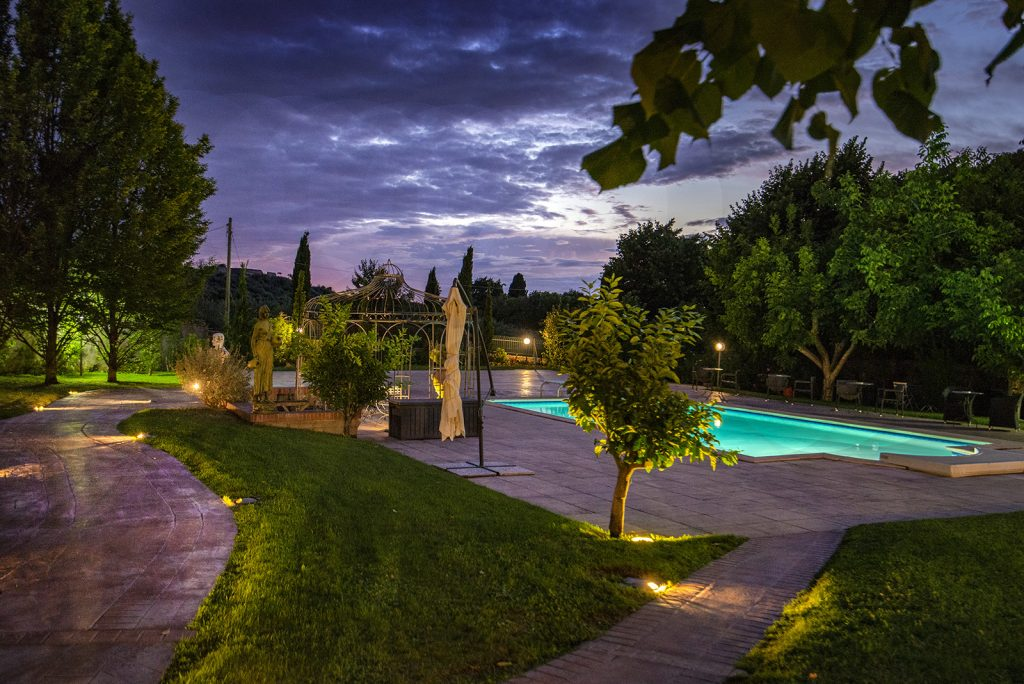 La piscina di Villa Colle Luna di sera. Un ambiente ideale per un evento glamour