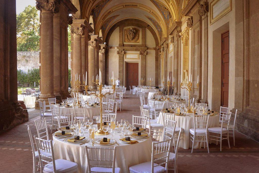 Il portico del Vasanzio di Villa Mondragone elegantemente allestito