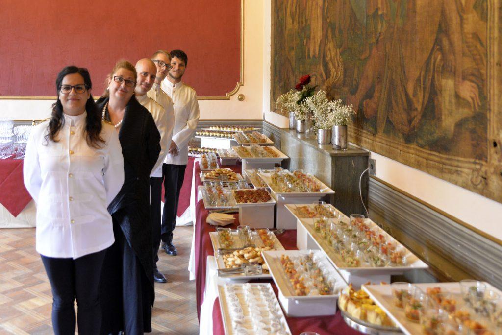 Servizio catering con allestimenti eleganti e squisite sfiziosità ben allineate. E il personale professionale schierato ordinatamente