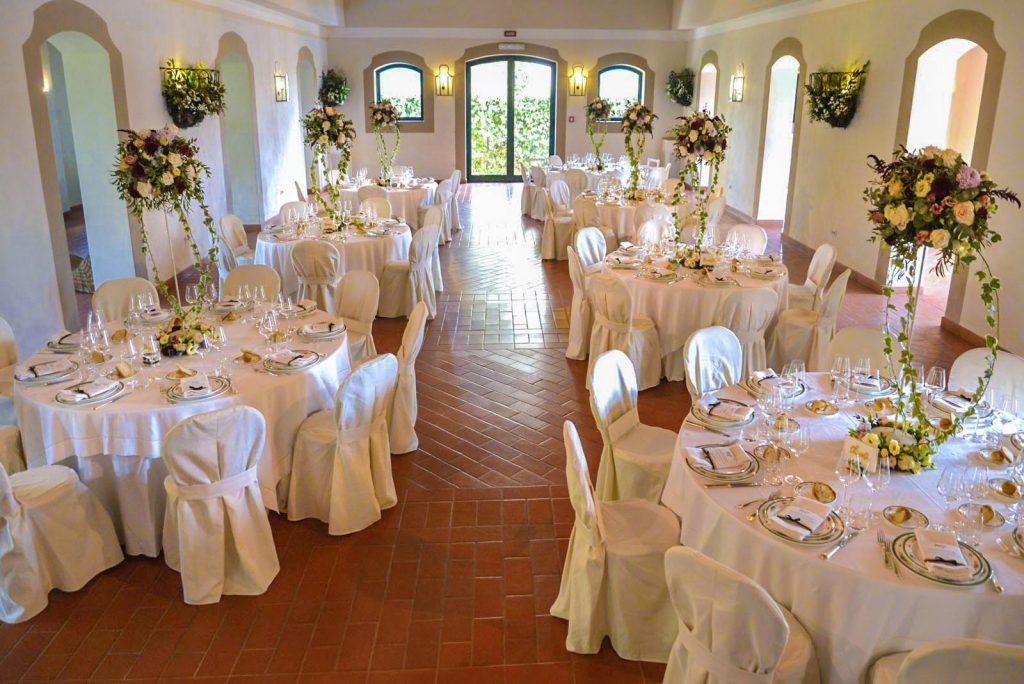 L'eleganza di allestimenti che uniscono il bianco crema tradizionale a mise en place con centrotavola fioriti