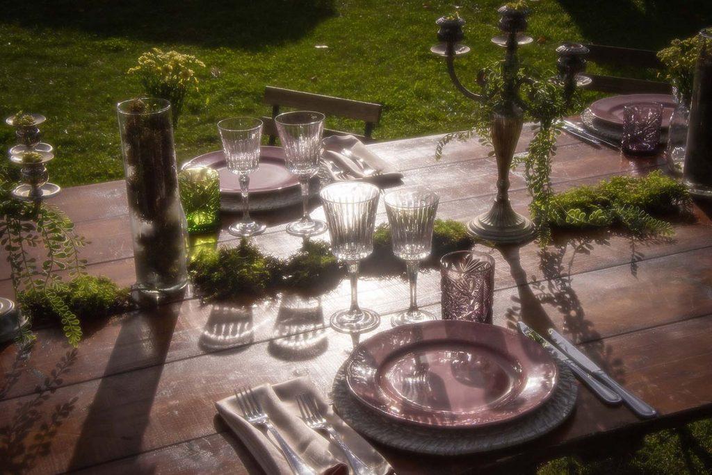 Una tavola elegante all'aperto con un'apparecchiatura minimal ed elegante
