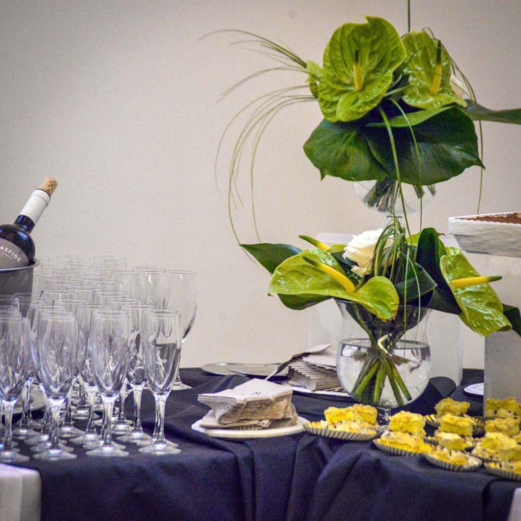 Una pianta a stelo lungo attira l'attenzione a favore di un dessert appetitoso