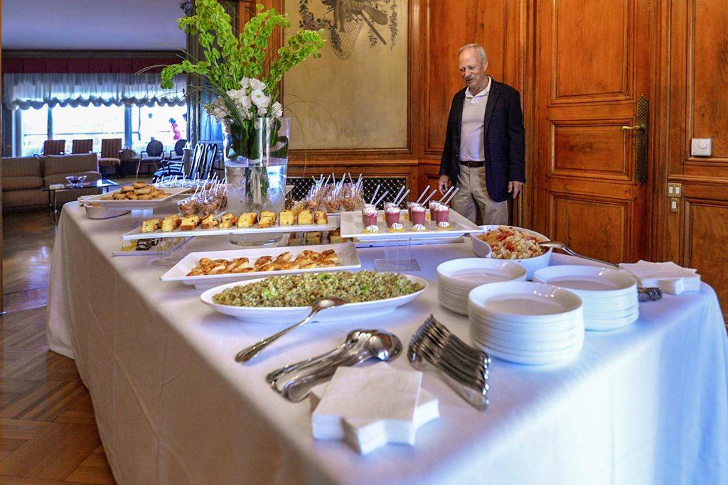 Catering a domicilio, il padrone di casa controlla gli ultimi preparativi del ricco buffet