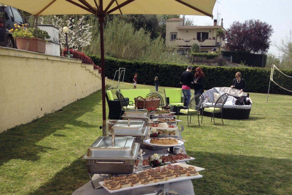 Preparativi di catering in giardino, la messa a punto di tutta l'organizzazione per un evento di successo