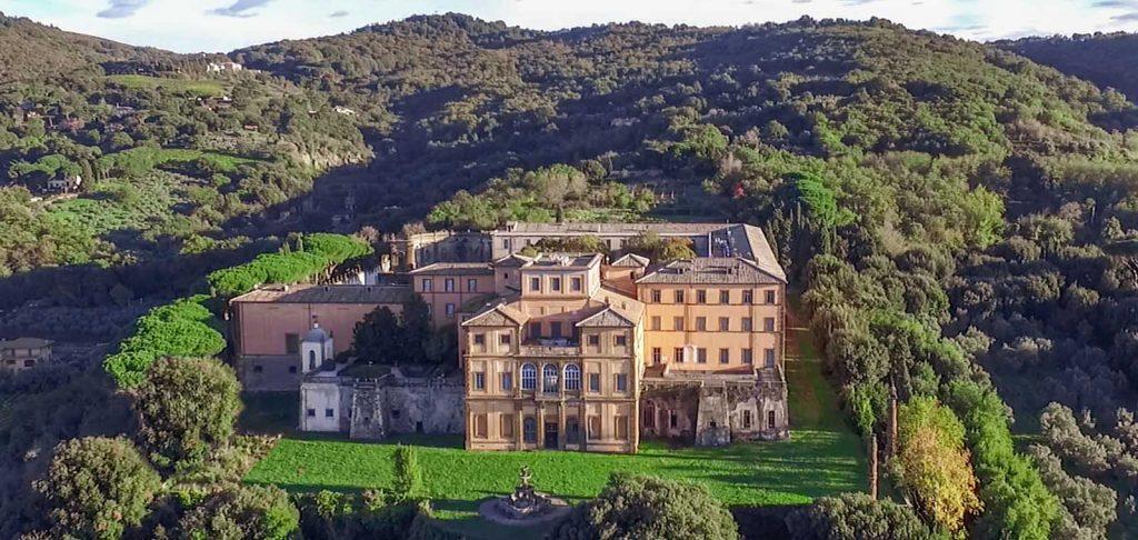 Villa Mondragone è una sede speciale per ricevimenti di matrimonio con molti invitati.