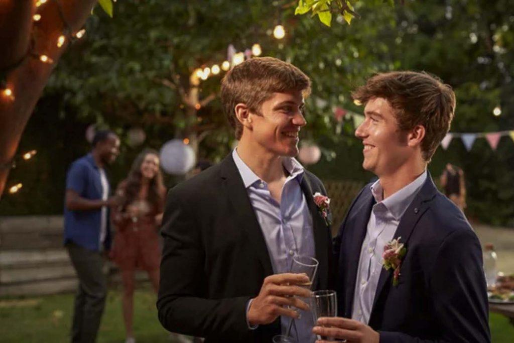 Una villa con parco allestita allegramente. I due sposi si sorridono felici.